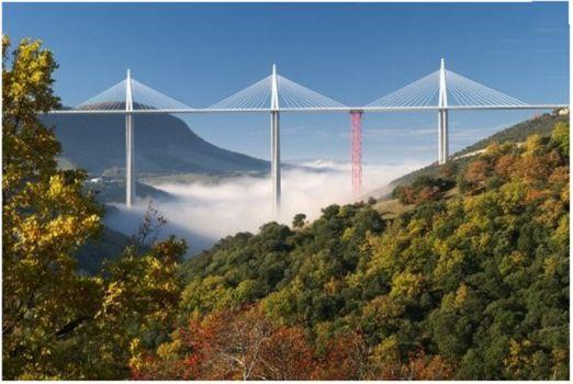 Мост во франции, парящий над облаками