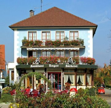 House with a café, Heiligenberg, photo by Pixelteufel (pic cropped)