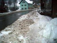 Spadlý sníh ze střechy 2009