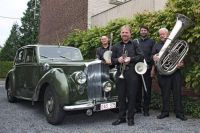 Old time music , old time car, young players !