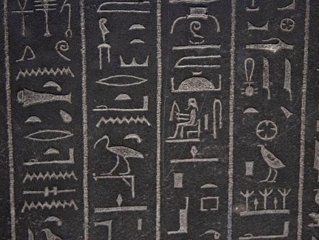 egyptian-hieroglyphs-at-the-british-museum-in-london_w725_h544