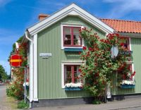 Little house and red roses, Sweden, by claeskrantz (pic cropped)