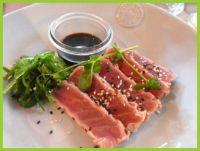 Rauwe tonijn met wakane soja en sesam.