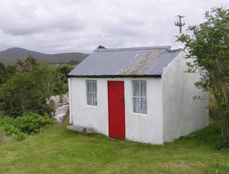 Wee house at Dungloe, Irland, by Kenneth Allen on Wikimedia (pic cropped)