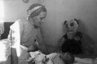 Oude Foto 1953  Moeder en kind (bewerkt)