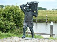 Statue in Havenhoofd, of a fishersman