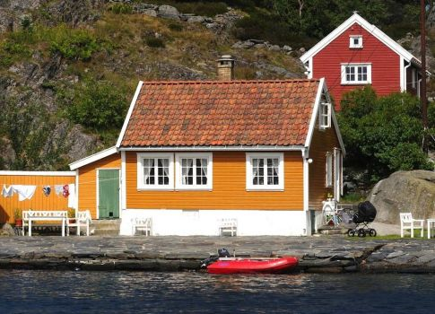 Cottages in Blindleia, Norway, by Redningsselskapet on flickr (pic cropped)