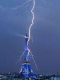 Lightning into the Eifelturm