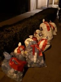Red -xmas-ribbons for the garbage-men