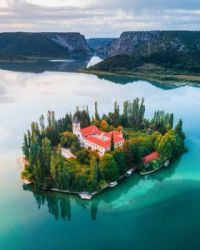 bird-s-eye-view-of-the-house-in-lake02