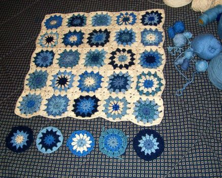 Got-the-blues blankie, 5x5 + next row of circles (easier)