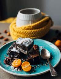 Fudge cake with sugar