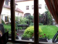 Pohled do zahradního atria restaurace Selský Dvůr