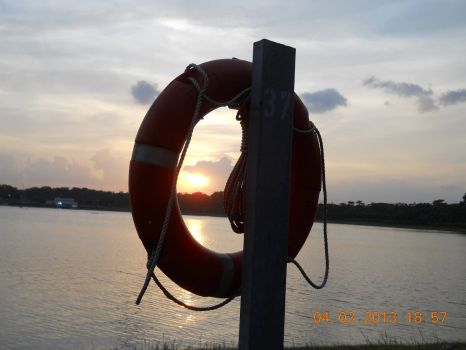 The setting sun & a life saver at Bedok Reservoir Park