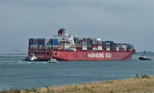 This container ship has to turn 90 degrees (stern to the right = container harbour)