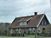 Walking in Bergvennen, Denekamp.   A modern farmhouse, but built in the 'old way'