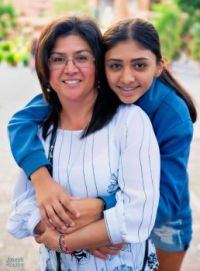 street portrait of a mother and daughter in Mexico.