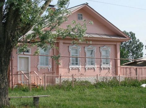 Pink house in Doschatoe, by Ilya Osipov (pic cropped)