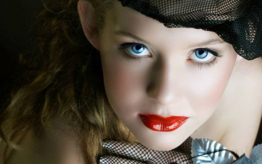 blue-eyes-red-lips