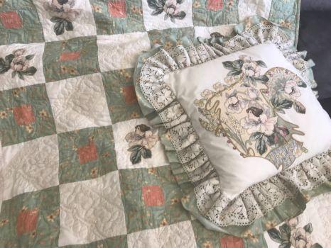 Hand appliquéd quilt and matching cushion .
