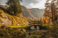 tapeta-mostek-nad-rzeczka-w-gorach
