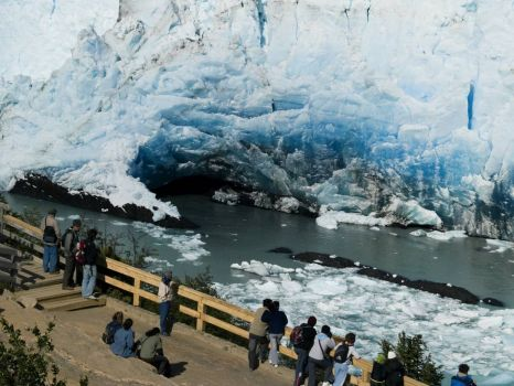 Perito Moreno Glacier (Argentina) - Turists watching and waiting for the