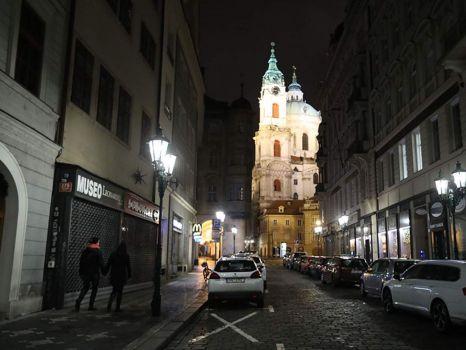 Sam v Praze