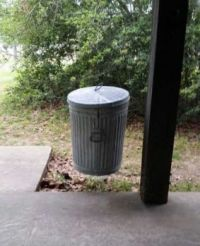 Look at it and tell it quite spontaneously: is the garbage can in the air ...... or not?