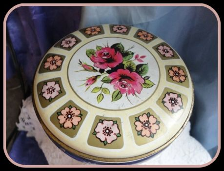 Pinknblack from the Past - Vintage Biscuit Tin