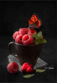 Gourmandise de framboises papillonnée.
