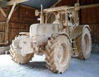 Dřevěný traktor