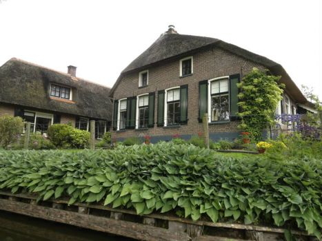 Serie: Giethoorn. Each house with a thatched roof