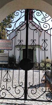 Neznašov vstup na hřbitov