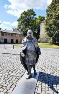 Socha Jiřího z Poděbrad na náměstí v Toužimi