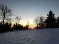 Zimní pohled zapadajícího slunce
