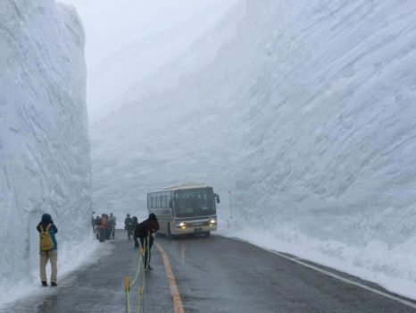 60 foot snowfall Yuki-no-Otani snow canyon Japan