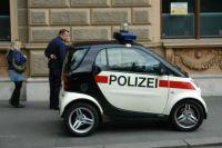 22.5.2008 Vídeň - policista a jeho služební vozidlo