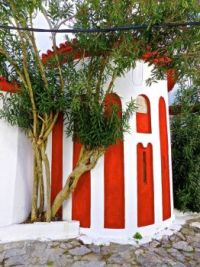 Garden building with red and white stripes