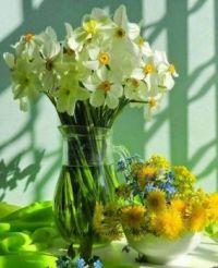 Dvě různé jarní kytice