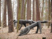 Sochy vlků v lesoparku - Statues of wolves in a forest park