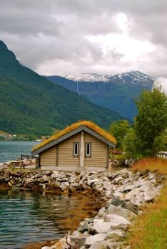 Waterfront cottage in Hardanger, Norway, by Hilde Kari (flickr)
