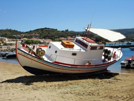 How to paint your boat in Greece.