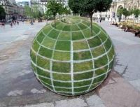 optical illusion is outside of Paris City Hall