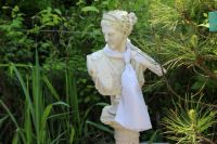 socha v zahradě