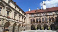 Zámek Nelahozeves - nádvoří...  Nelahozeves Chateau - courtyard ...