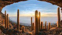 Vue du matin depuis une grotte de montagne, Isla Incahuasi, Salar de Uyuni, Bolivie
