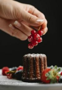 Cannelé with currant