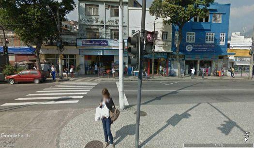 Blob texting at the bus stop / Rio