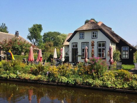 House by the canal in Giethoorn, NL, photo by Aaron van Geffen