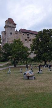 Steinskulpturen vor der Burg Liechtenstein (Niederösterreich)